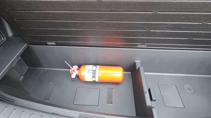 Фото Киа Соренто 2021 под багажником